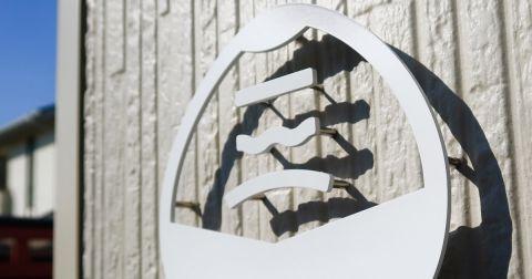 金属切り文字の塗装仕上げ