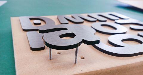 ヘアラインシルバーシート貼りアクリル文字